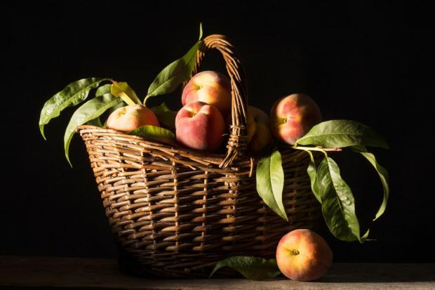 brzoskwinie w koszyku